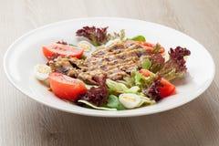 Ny nötköttsallad med grönsallat, tomater, kokta ägg, senap sa royaltyfria foton