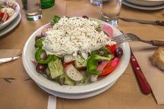 Ny Naxos sallad på restaurangtabellen med gaffeln Royaltyfri Bild