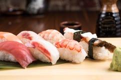Ny nigirisushi i en platta i en japansk restaurang Royaltyfri Fotografi