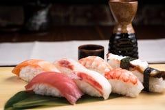Ny nigirisushi i en platta i en japansk restaurang Royaltyfri Bild