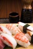 Ny nigirisushi i en platta i en japansk restaurang Arkivbild