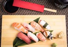 Ny nigirisushi i en platta i en japansk restaurang Arkivfoto