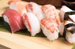 Ny nigirisushi i en platta i en japansk restaurang Arkivbilder