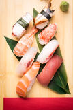 Ny nigirisushi i en platta i en japansk restaurang Royaltyfri Foto
