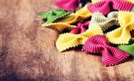 Ny ny italiensk pasta på trätabellen för gammal tappning Rå pilbåge t Royaltyfria Foton