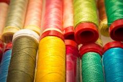 Färgrika bomullstrådar Royaltyfri Bild