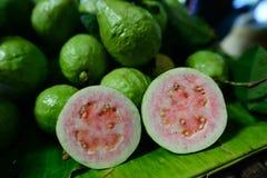 Ny och grön guavafrukt var försäljningen i den Thailand marknaden, röd guava Arkivfoton