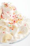 Ny och kall coctail på vit bakgrund Royaltyfria Bilder