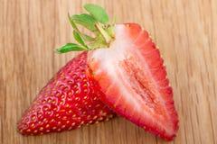 Ny och läcker jordgubbe på lantligt trä Arkivfoton