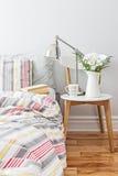 Ny och ljus sovrumdekor Royaltyfria Bilder