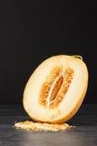 Ny och söt melon Gul cantaloupmelon på en svart bakgrund Sunda frukt- efterrätter Rå melon mycket av frö kopia arkivfoto