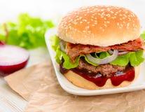 Ny och smaklig hamburgare Arkivfoton