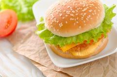 Ny och smaklig hamburgare Royaltyfri Foto