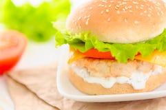 Ny och smaklig hamburgare Arkivbild