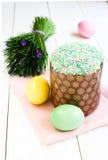 Ny och smaklig påskkaka och ägg med blommor Arkivbilder