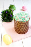 Ny och smaklig påskkaka och ägg med blommor Fotografering för Bildbyråer