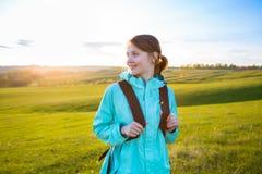 Ny och sund kvinnlig modell under vandring utomhus i fält Fotografering för Bildbyråer