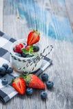 Ny och sund naturlig yoghurt med bär på trätabellen Royaltyfri Fotografi