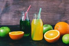 Ny orange fruktsaft och dragon dricker, äpplen, apelsinen, limefrukt äta för begrepp som är sunt royaltyfri bild