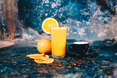 Ny orange fruktsaft och stark espresso tjänade som som frukosten i baren, restaurang Arkivfoton