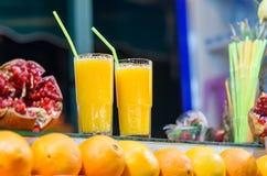 Ny orange fruktsaft som är till salu i stall i den Jemma El Fna fyrkanten marrakech morocco arkivbilder
