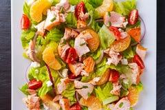 Ny orange laxsallad med honung, tomater, lök, mandarin Sunt fotografering för bildbyråer