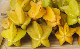 Ny organisk frukt för stjärnaäpple. Arkivfoton