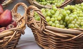Ny organisk frukt i korgar på marknaden Royaltyfria Bilder