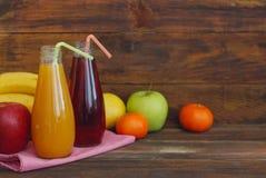 Ny organisk fruktfruktsaft i glasflaska på lantlig träwood bakgrund Den sunda livuppehället bantar och kondition Arkivfoto