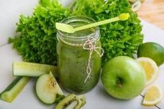 Ny organisk grön smoothie med sallad, äpple, gurka, pineap Fotografering för Bildbyråer