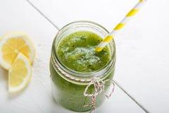 Ny organisk grön smoothie med sallad, äpple, gurka, pineap Arkivbilder