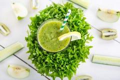 Ny organisk grön smoothie med sallad, äpple, gurka, pineap Arkivfoto