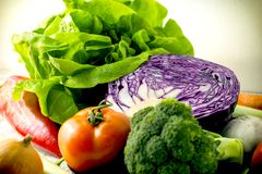Ny organisk grönsak - äta sund mat i sunt banta Royaltyfri Foto