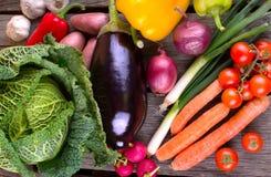 Ny organisk grönsak på den wood tabellen Arkivfoton
