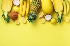 Ny organisk guling bär frukt över solig bakgrund Monokromt begrepp med bananen, kokosnöt, ananas, citron, melon överkant arkivfoton