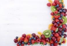 Ny organisk hälsosam frukt på den vita wood tabellen royaltyfri bild