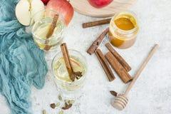 Ny organisk höstäppelmust med kryddor och honung royaltyfri fotografi