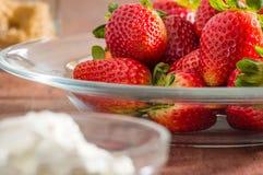 Ny organisk jordgubbar och kräm arkivfoto