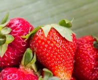 Ny organisk jordgubbehjälpmedeljordgubbe och frukt royaltyfri fotografi