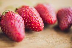 Ny organisk jordgubbenärbild på en gammal träbakgrund royaltyfria foton