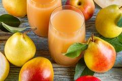Ny organisk lantgårdpäronfruktsaft i exponeringsglas med rå hela och skivade päron Royaltyfria Foton