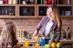 Ny organisk livsstil för hälsa för fruktsaftungefamilj royaltyfria bilder
