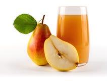 Ny organisk päronfruktsaft i exponeringsglas med råvaror från hela och skivade frukter Fotografering för Bildbyråer