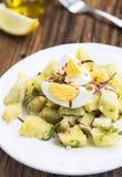 Ny organisk potatissallad med kokta ägg och Chili Flakes royaltyfri bild