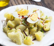 Ny organisk potatissallad med kokta ägg och Chili Flakes arkivbild