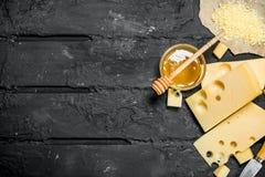 Ny ost och honung royaltyfri fotografi