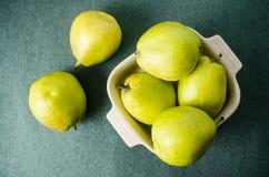 Ny päronfrukt i en bunke Royaltyfri Fotografi