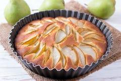 Ny päronpaj, läckra Autumn Fruit Tart fotografering för bildbyråer