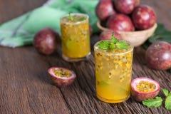 Ny passionfrukt med mintkaramell- och sodavattenvatten i exponeringsglas, detoxvatten, sund drink arkivbild