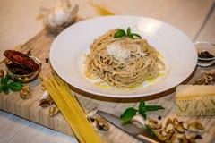 Ny pasta med röd pestosås, parmesan och muttrar Fotografering för Bildbyråer